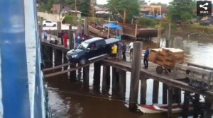 Το ρίσκο της... ζωής του για να βάλει αμάξι σε πλοίο (video)