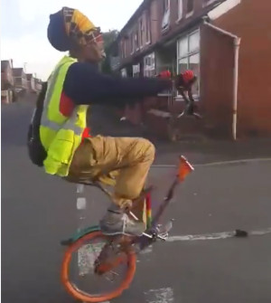 Θα μας τρελάνει; Κάνει ποδήλατο χωρίς τιμόνι και σε μια ρόδα (video)