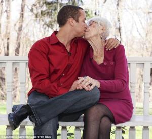 """31χρονος γνωρίζει στη μητέρα του την 91χρονη """"κοπέλα"""" του! (photos+video)"""