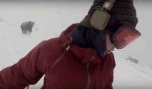 Την κυνηγούσε... αρκούδα και το είδε στο βίντεο (video)