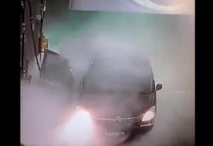 Έβαλε βενζίνη με αναμμένη μηχανή... Δείτε τι έγινε (video)
