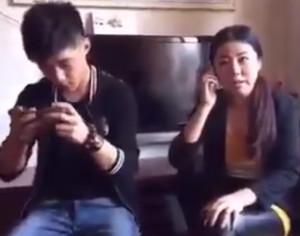 Το γέλιο της βγήκε ξινό, της έσπασε το κινητό (video)