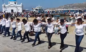 Οταν η Μύκονος γίνεται μια παρέα και χορεύει χασάπικο (video)