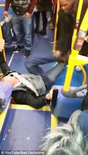 Άγρια συμπλοκή σε λεωφορείο για ρατσιστικό σχόλιο (video)