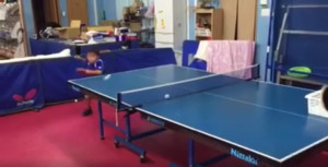 Πιτσιρικάς παίζει πινγκ πονγκ και τρελαίνει κόσμο! (video)