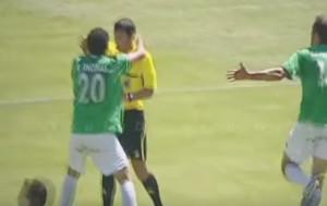 Οταν οι ποδοσφαιριστές προσφέρουν... αγάπη μόνο σε διαιτητές (video)