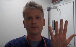 Απίθανο κόλπο για να βγάλετε σφηνωμένο δαχτυλίδι απ' το χέρι σας (video)