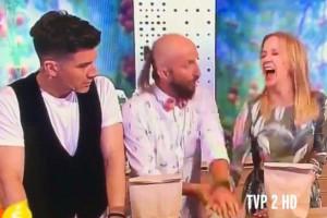 """Παρουσιάστρια τραυματίστηκε on air κατά τη διάρκεια """"μαγικού"""" με καρφί (video)"""