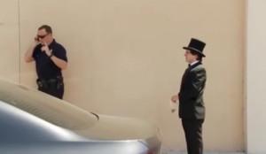 Μάγος... τρολάρει αστυνομικό και τον τρελαίνει με τα μαγικά του (video)