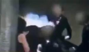 Της έκαψε το μαλλί στο τρένο επειδή δεν φορούσε μαντήλα (video)