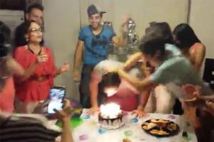 Πήγε να σβήσει την τούρτα και οι φίλοι του, του κατέστρεψαν τη γιορτή (video)