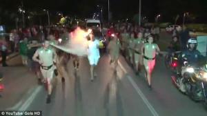 Πεζός προσπάθησε να σβήσει την Ολυμπιακή φλόγα με πυροσβεστήρα (vid)