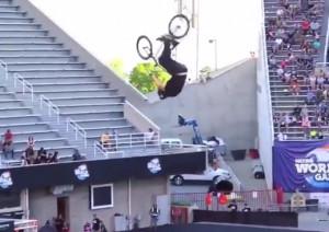 Πώς θα σκάσει στο έδαφος αυτός ο ποδηλάτης; Θα σας κόψει την ανάσα... (Video)