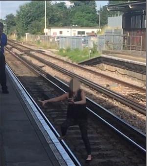 Μεθυσμένη μπαίνει στις γραμμές του τρένου και φεύγει λίγο πριν... (vid)