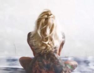 Απίθανα τατουάζ σε απίθανα... σημεία γυναικείου σώματος, απόκρυφα ή μη (video)