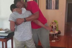 Θα κλάψετε κι εσείς... Η στιγμή που μια μάνα κάνει έκπληξη στο γιο της κι εκείνος καταρρέει (video)
