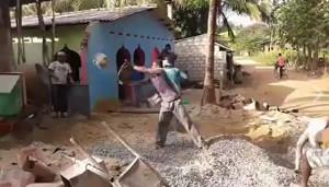 Αυτός ο οικοδόμος ρίχνει... τρίποντα στην μπετονιέρα (video)