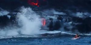 Η πρώτη γυναίκα που κολύμπησε σε θάλασσα που έπεφτε λάβα από έκρηξη ηφαιστείου (video)