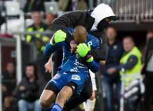 Κουκουλοφόρος μπήκε σε γήπεδο της Σουηδίας και χτύπησε τερματοφύλακα (video)