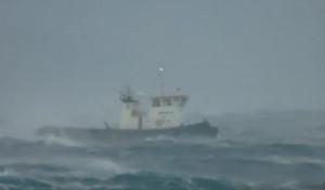 Ρυμουλκό δίνει μάχη με τα κύματα στο στενό Μυκόνου - Τήνου (video)