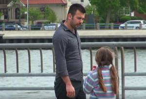 10χρονη έχασε τη μητέρα της και την αναζητά... Οταν δείτε τι επιχείρησε να κάνει άγνωστος, θα ανατριχιάσετε... (Video)