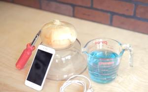 Θα τολμούσατε να φορτίσετε το iphone σας με ένα... κρεμμύδι; (Video)