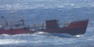 Φορτηγό πλοίο... θαλασσοδέρνεται στα ανοικτά της Μυκόνου (video)