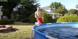 Τι βίντεο που σαρώνει: Κάνει μπάνιο σε πισίνα γεμάτη Coca Cola, πάγο και Mentos