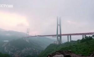 Η ψηλότερη γέφυρα στον κόσμο περνάει κυριολεκτικά μέσα από τον ουρανό... (vid)