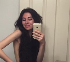 Φοράει αντί για μπλούζα τα μαλλιά της που φτάνουν το 1 μέτρο! (pics)
