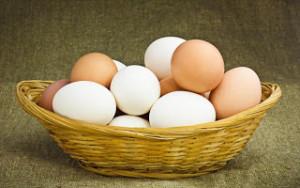 Ξέρετε γιατί τα αυγά έχουν λευκό και καφέ χρώμα;