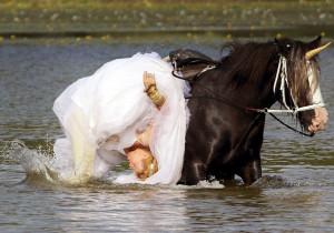 Μονόκερος έριξε τη νύφη μέσα στο νερό και κατέστρεψε το γάμο (pic)