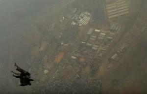 Σκύλος της αστυνομίας πέφτει από τον αέρα με αλεξίπτωτο στην Αφρική (video)
