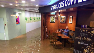 Ο κόσμος χάνεται και αυτός πίνει τον καφέ του εν μέσω πλημμύρας (pic)