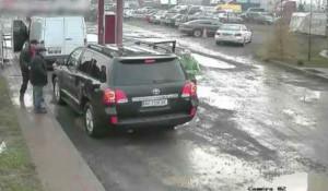 Κατέβηκε από το αυτοκίνητο και του έριξε μια μπουνιά, μετά από λίγο, όμως, έφυγε έντρομος! (vid)