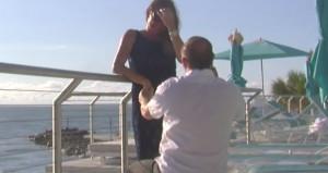 Της έκανε πρόταση γάμου και έριξε το δαχτυλίδι στον ωκεανό (vid)