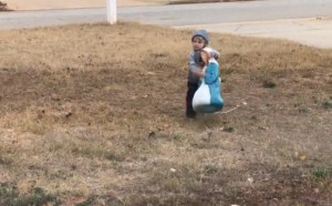 Ο μικρούλης που θα σας μαγέψει με την αντίδρασή του! Οταν είδε τη φάτνη μέσα στο κρύο... (Video)