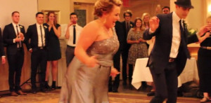 Απίστευτο! Η μητέρα του γαμπρού έκανε έκπληξη στο γιο της με ένα απίθανο χορό! (vid)