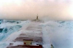 Πλοία «παλεύουν» με τεράστια κύματα (video)