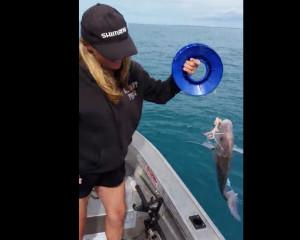 Δεν υπάρχει... Δείτε ψαρούκλα που έπιασε γυναίκα ψαράς και τη σήκωσε με... ένα χέρι (video)