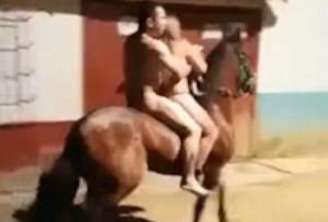 Έβγαλαν όλα τα ρούχα τους, καβάλησαν ένα άλογο και…! (βιντ)