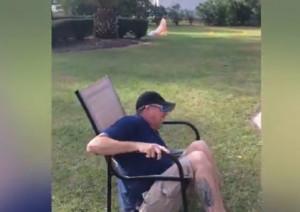 Η καρέκλα του δεν άντεξε και τότε συνέβη κάτι... αναπάντεχο (video)