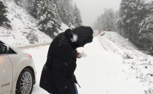 Γιαγιά ετών... 101, τρελαίνεται στο χιόνι και φτιάχνει χιονόμπαλα (video)