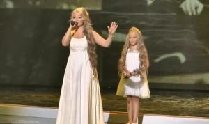 Δύο αδερφές ανέβηκαν στη σκηνή και άρχισαν να τραγουδούν. Θα σας αφήσουν με το στόμα ανοικτό... (video)