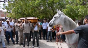 Θα ραγίσει η καρδιά σας: Αλογο... κλαίει στην κηδεία του ιδιοκτήτη του (Video)