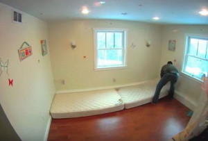 Πήρε δύο στρώματα και τα «κόλλησε» στον τοίχο. Όταν δείτε το αποτέλεσμα, θα το κάνετε κι εσείς!