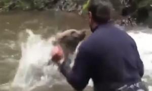 Αρκουδάκι έχει όρεξη για... παιχνίδια μέσα στο ποτάμι (video)