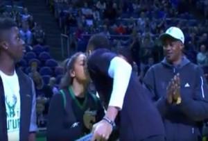 Το φιλί του Γιάννη Αντετοκούνμπο στην κοπέλα του, όταν παρέλαβε την φανέλα του! (βιντ)