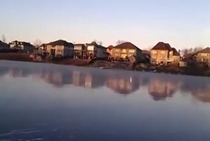 Πετάει πέτρες σε παγωμένη λίμνη! Αυτό που θα ακούσετε, θα σας μαγέψει (Video)