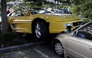 Οδηγός Ferrari την... προσγείωσε πάνω σε άλλο αυτοκίνητο (video)